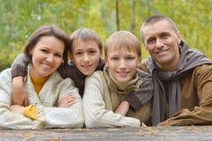 Famiglia nella sosta di autunno Immagine Stock Libera da Diritti