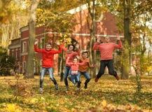 Famiglia nella sosta di autunno Fotografia Stock Libera da Diritti