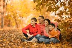 Famiglia nella sosta di autunno Immagini Stock