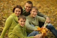 Famiglia nella sosta di autunno Fotografia Stock