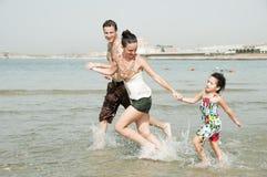 Famiglia nella spiaggia Fotografie Stock Libere da Diritti
