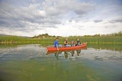 Famiglia nello sguardo della canoa Fotografia Stock