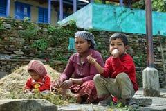 Famiglia nepalese che riposa nella terra nel Nepal Fotografia Stock