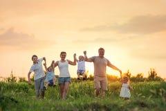 Famiglia numerosa con i bambini fotografie stock