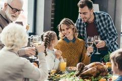 famiglia numerosa felice che ha cena di festa fotografia stock libera da diritti