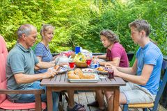 Famiglia olandese che mangia prima colazione in natura fotografia stock libera da diritti