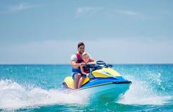 Famiglia, padre e figlio felici e emozionanti divertendosi sul jet ski alle vacanze estive fotografie stock