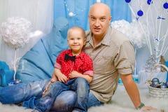 Famiglia, padre e figlio felici nella decorazione del nuovo anno, il concetto delle feste del nuovo anno fotografia stock libera da diritti