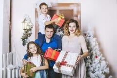 Famiglia, papà, mamma e bambini soddisfatti di bei sorrisi celebrare il Natale Fotografie Stock Libere da Diritti