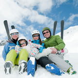 Famiglia, pattino, neve, sole e divertimento Immagine Stock