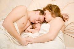 Famiglia piacevole che dorme insieme Immagini Stock Libere da Diritti