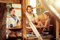 Famiglia piacevole positiva che parla a vicenda immagine stock libera da diritti
