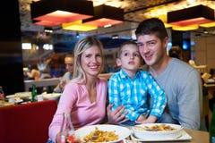 Famiglia pranzando nel centro commerciale Immagini Stock