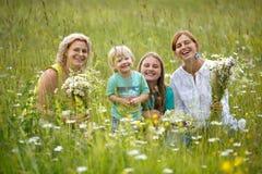 Famiglia in prato fotografia stock