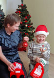 Famiglia prima dell'albero di Natale Fotografie Stock