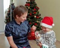 Famiglia prima dell'albero di Natale Immagini Stock