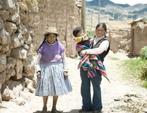 Famiglia quechua - tre generazioni di donne peruviane indigene Immagini Stock Libere da Diritti