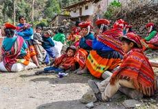 Famiglia quechua in un villaggio nelle Ande, Ollantaytambo, Perù immagine stock