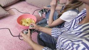 Famiglia rilassata con il gioco del PC a casa archivi video