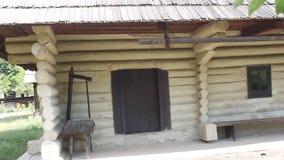 Famiglia rumena - casa dei fasci di legno stock footage
