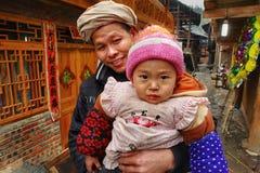 Famiglia rurale dell'Asia, bambino della tenuta del padre in lei armi. Fotografia Stock