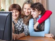Famiglia in salone con il calcolatore Fotografia Stock