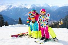 Famiglia Ski Vacation Sport della neve di inverno per i bambini Fotografie Stock Libere da Diritti