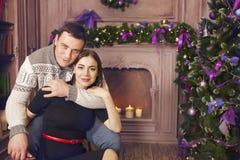 Famiglia sorridente a casa che celebra il Natale Immagine Stock Libera da Diritti