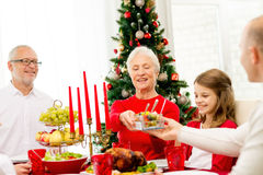 Famiglia sorridente che ha cena di festa a casa Fotografia Stock