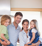 Famiglia sorridente che si leva in piedi in su Fotografie Stock
