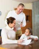 Famiglia sorridente con i documenti Fotografia Stock
