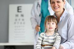 Famiglia sorridente felice all'ufficio di medico del bambino fotografie stock