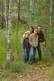 Famiglia sorridente felice nella posa della foresta di autunno Fotografia Stock Libera da Diritti