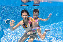 Famiglia sorridente subacquea nella piscina Immagine Stock Libera da Diritti