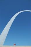 Famiglia sotto l'arco del Gateway con cielo blu Fotografia Stock Libera da Diritti