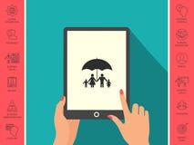 Famiglia sotto l'ombrello - la famiglia protegge l'icona Fotografia Stock Libera da Diritti