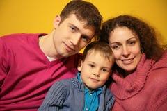 Famiglia su fondo giallo Fotografie Stock Libere da Diritti