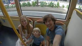 Famiglia su un bus concetto di usando trasporto pubblico stock footage