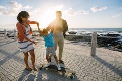 Famiglia su un giorno di vacanza vicino al mare immagini stock