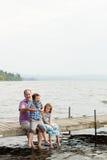 Famiglia su un molo Fotografia Stock