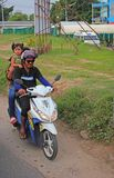 Famiglia su un motorino in Tailandia Fotografia Stock Libera da Diritti