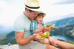 Famiglia su un picnic nelle montagne Fotografia Stock Libera da Diritti