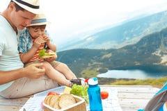 Famiglia su un picnic nelle montagne Immagini Stock
