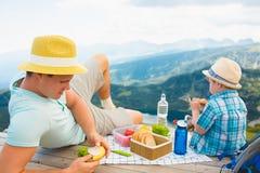 Famiglia su un picnic nelle montagne Fotografia Stock