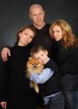 Famiglia su una priorità bassa nera immagine stock