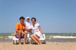 Famiglia su una spiaggia Immagine Stock Libera da Diritti