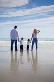 Famiglia su una spiaggia Fotografia Stock