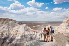 Famiglia su una vacanza che fa un'escursione viaggio nelle montagne del deserto Fotografie Stock Libere da Diritti