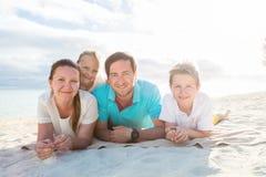 Famiglia su una vacanza tropicale della spiaggia Immagini Stock Libere da Diritti
