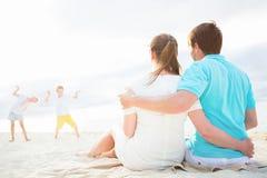 Famiglia su una vacanza tropicale della spiaggia Immagine Stock